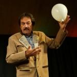 Blaikner demonstriert die Wirtschaftswelt anhand von Luftballon und Mozartkugel.