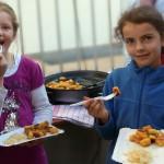 Christine und Laetizia lassen sich die Nidei schmecken