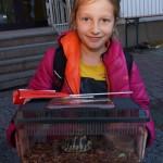 Julia kommt mit Schildkröte