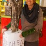 Elke mit ihren Werken aus Schwammholz