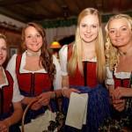 Mit einem Schnapserl unterwegs: Lisa Schnaitl, Lisa Perterer, Tamara Klausner und Maria Eder.