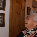 Liesl schaut sich Kindheitsfotos von meinem Vater an
