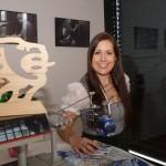 Julia Riedlsperger, Marketingchefin der Asitz Bergbahnen mit einer Mini Seilbahn