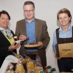 Kapellmeister Hans Riedlsperger und Gattin Monika testen Schmankerl vom Eva Rainers Dorfladen