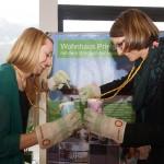 Daniela Neumayer (Sale) und Sabrina Obermoser (Stadtmarketing) testen ihr Gleichgewicht