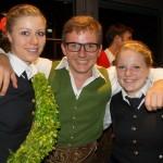 Christoph Blatzer von der Bürermusi Saalfelden gratuliert den Gewinnern