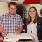 Amtsleiter Christian Fritsch verewigt sich im Gästebuch