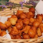 Frituli ähneln unseren Senninhupfa, werden aber mit Schokosauce gegessen