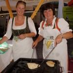 Die Bäuerinnen Kathi Heugenhauser und Kathi Pichl-Steiner machen Baldl.