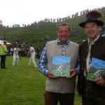 Hüttenwirt Hans Hasenauer Autor Günther Heim und Autor Günther Heim mit seinem Buch vom Hundstoa