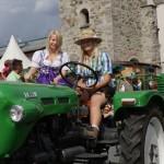 Sabrina Neumayr hat einen Traktorführerschein, Martina Silberberger darf nur mitfahren
