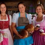 Die Bäuerinnen Isabella Dick, Yvonne Hasenauer und Eva Köhlbichler mit ihren Produkten