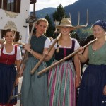 Susanne Gapp, Elsa Tholo, Barbara Vogelreiter und Sabrina Neumayr beim Heuen