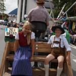 Amelie Gruber und Daniel Eder bei der Oldtimer Parade