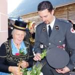 Roland Herbst, Chef der Ortsstelle St. Martin bekommt eine Erntedanksträußerl von den Maria Leitinger