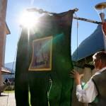 Die Fahnen wieder heil in die Kirche zu bringen erfordert Kraft und Fingerspitzengefühl