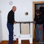 Markus und Helmut von der Firma Eder stellen den Ofen auf