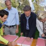 Thomas Schipflinger erklärt den Skistars, wie sie ihren Händeabdruck machen