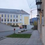 Links die Stadtgalerie, rechts das Gericht, dahinter der private Parkplatz