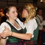 Dirndl die miteinander tanzen sind willkommen