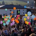 Bunte Luftballons wurden mit einer Botschaft versehen und in den Himmel geschickt