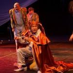 Gerard Es spielt den König, Salim seine Leibgarde