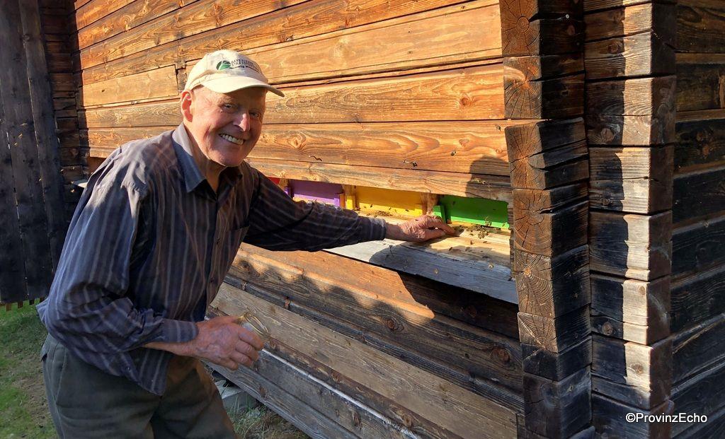 """""""Die tun nix, die sind brav"""", sagt der Imker über seine Bienen."""